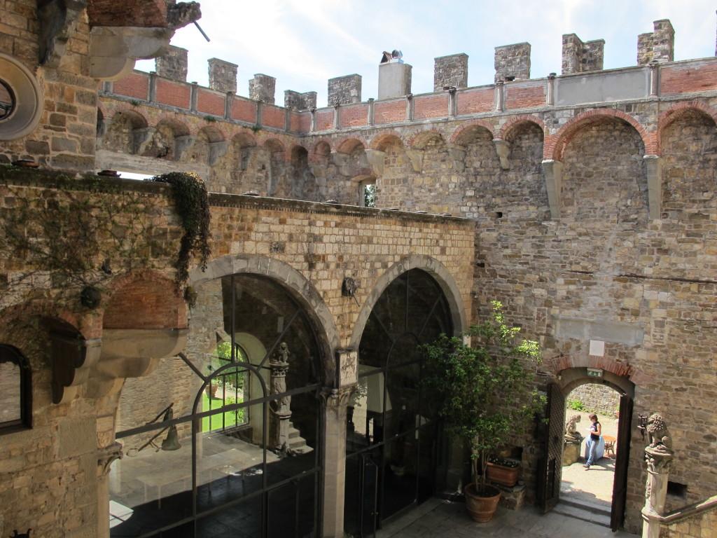 Castello_di_vincigliata_corte_foto sailko
