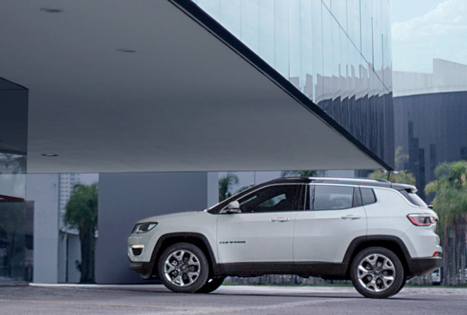 jeep compass opening edition se la compri subito guidi la renegade weekend premium. Black Bedroom Furniture Sets. Home Design Ideas