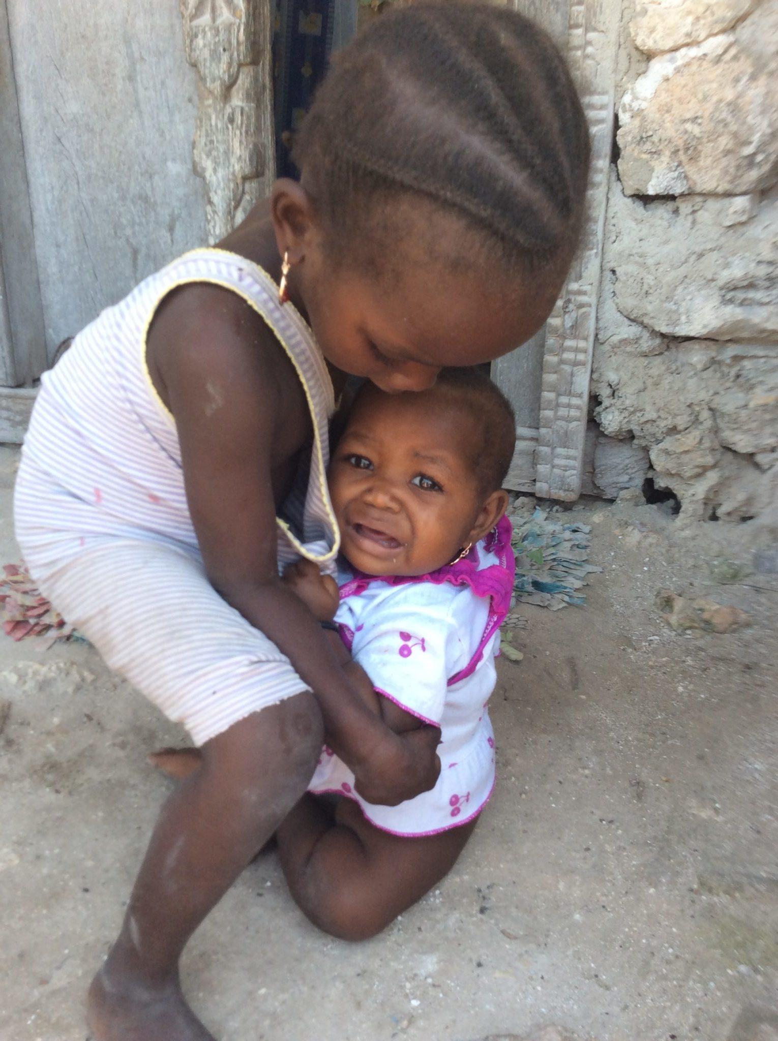 Zanzibar - Bambine al villaggio di pescatori di Uroa