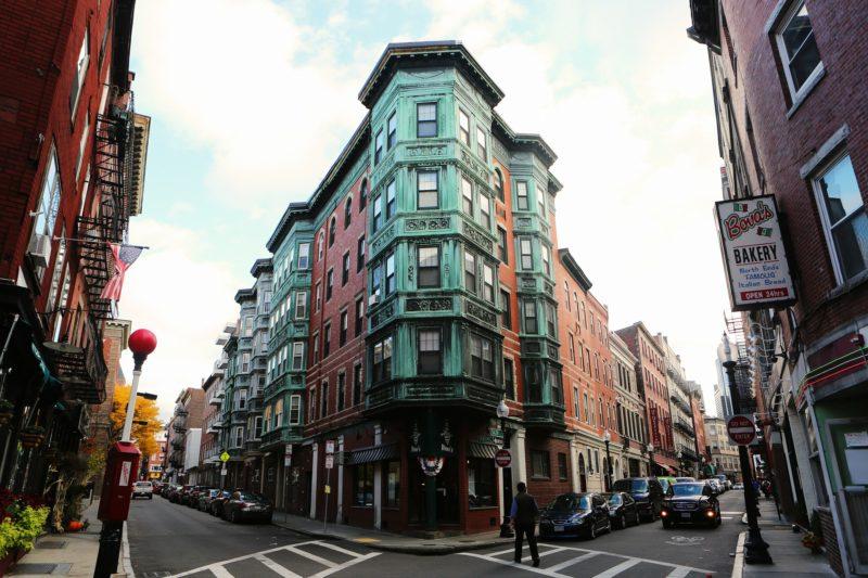 Una via del centro storico di Boston con le caratteristiche case di mattoni rossi