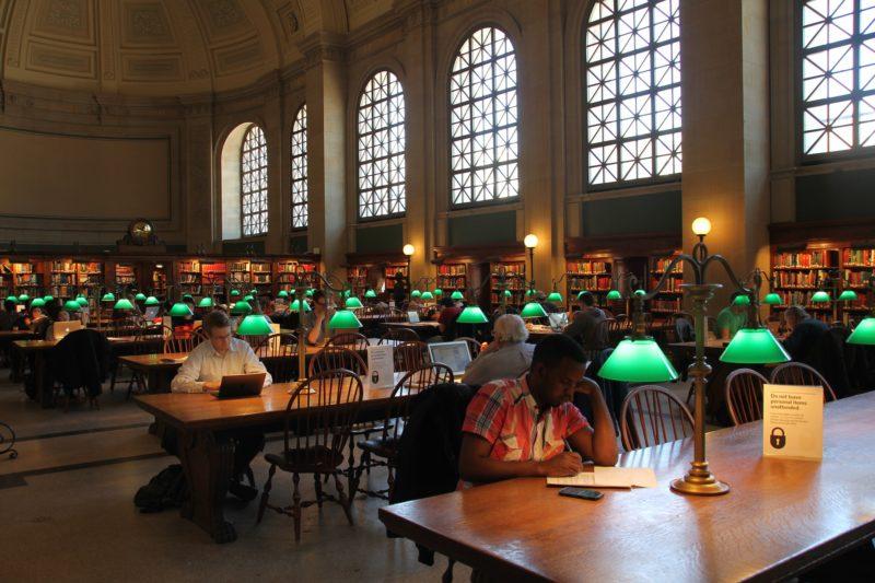 Gli eleganti e antichi interni della Boston Public Library