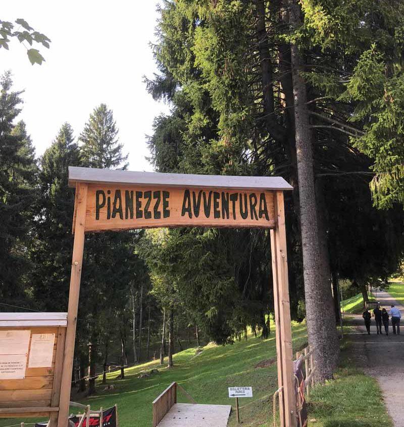 Parco con porta di legno