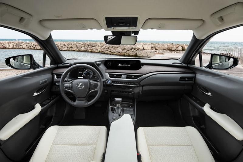 Gli interni di Lexus UX Hybrid con sedili in pelle bianca