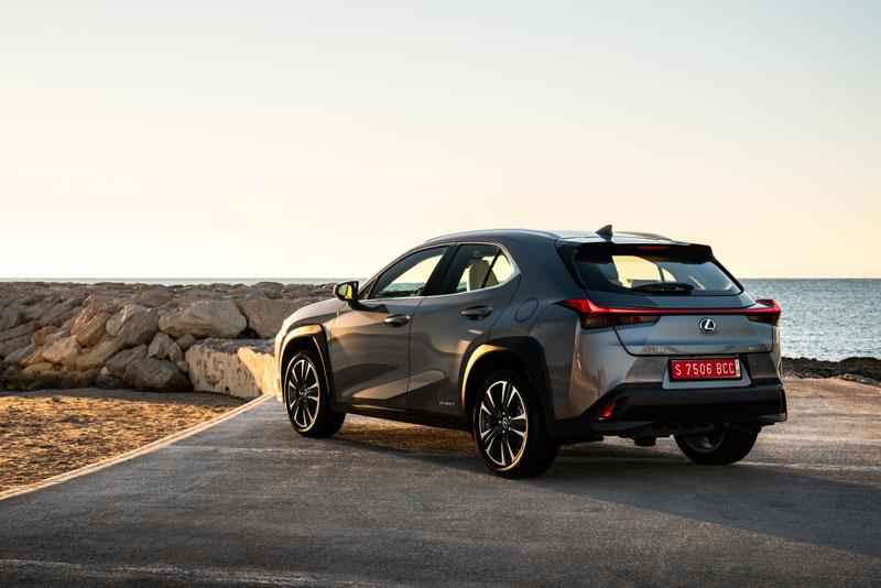 La firma luminosa di Lexus UX Hybrid rende immediatamente riconoscibile il SUV giapponese
