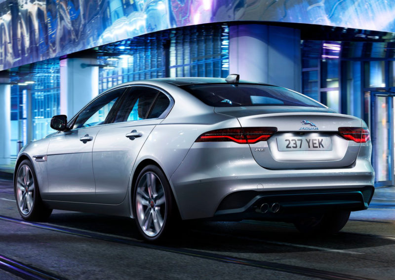 auto Jaguar XE visuale posteriore