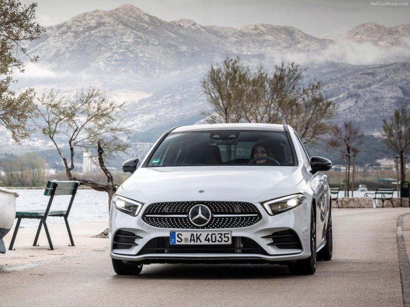 Donna alla guida di Mercedes Classe A bianca
