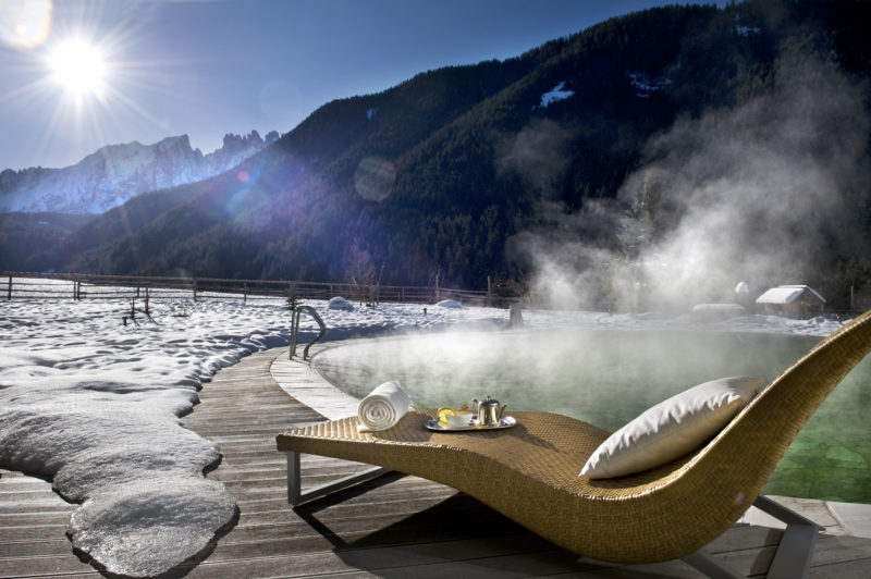 montagne e piscina esterna di Romantik Hotel Post Cavallino Bianco